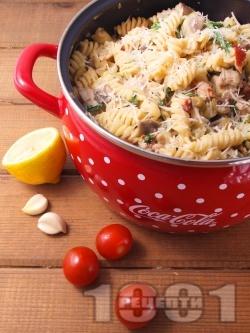 Паста (фузили или макарони) с телешко месо, гъби печурки, спанак, мариновани сушени домати, сметана и маслини - снимка на рецептата